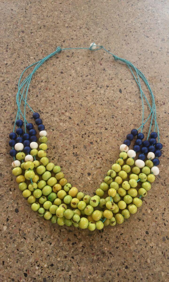 Lindo colar em sementes de açai verdes.