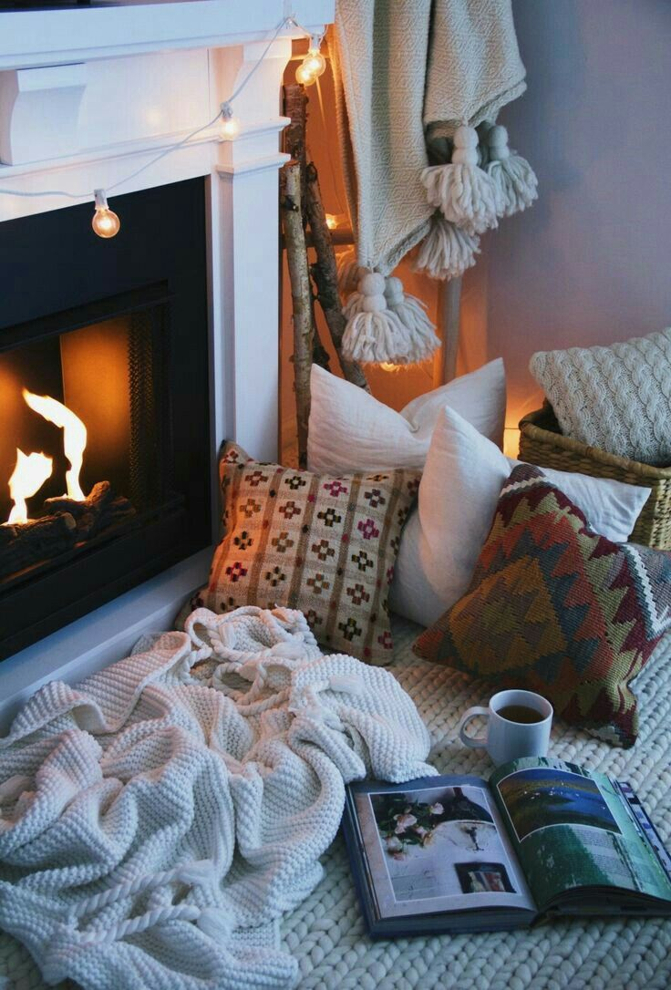 cozy fireplace coussins cushions couverture plaid livre book café coffee matin morning christmas noel bougies feu coin du feu