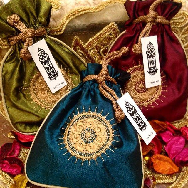 طلبية زبونة لحفلة ملجة/كتب كتاب تحتوي على عطور #توزيعات#هدايا#عطور A customers order which includes colored pouches with perfumes for an engagement party #pouches#engagement#favors#giveaways#perfumes