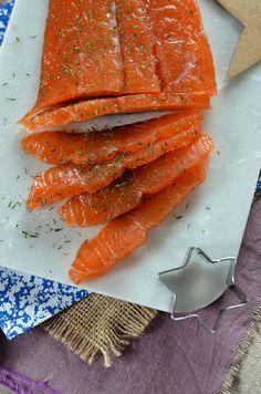 1 pavé ou un filet de saumon frais sans la peau (environ 200 g) 150 g de gros sel 70 g de sucre en poudre 2 cuillères à soupe d'aneth séchée 1 cuillère à soupe de baies roses moulues
