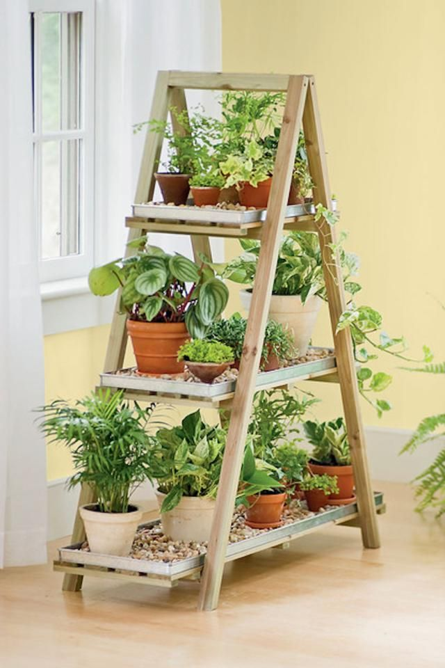 7 Muebles hechos con objetos reciclados: Escalera de madera reciclada en estantería para jardín interior o exterior Más