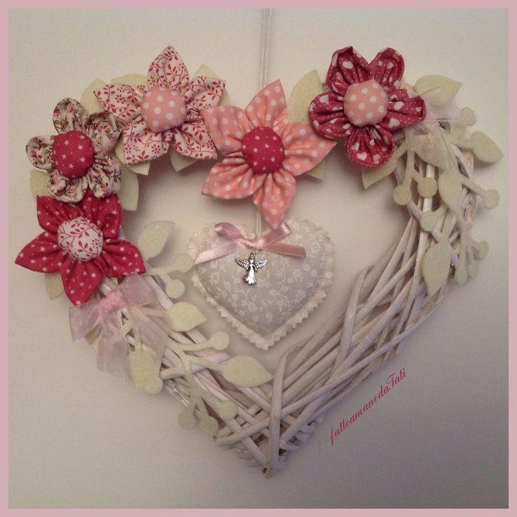Corona/fiocco nascita con fiori rosa e cuore , by fattoamanodaTati, 30,00 € su misshobby.com