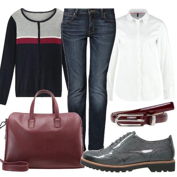 Outfit comodo composto da jeans a vita bassa, con taglio a sigaretta, indossati con camicia classica bianca e cardigan corto. Cintura e borsa a mano bordeaux e stringate grigie donano al look un certo rigore.