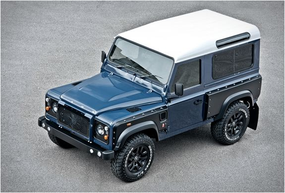 Kahn Design just keep surprising us with their Land Rover Defender conversions. The latest head-turner rolled out is this stunning Land Rover Defender 2.2 TDCI SW 90 Chelsea Wide Track. As usual, Kahn vehicles are equipped with all the modern commodi