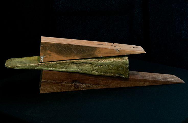Afonso Tostes, 2012. Bronze e madeira de demolição. Edição: única 45 x 12 x 6,5 cm