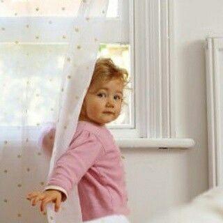 Комната вашего малыша безопасна?  ⚠Вы уверены, что продумали все для безопасности малыша в доме?  ФАКТ. Легкие маленьких детей развиваются от рождения до 6-8 лет. Дети дышат в 4 раза чаще взрослых.   ☀Оптимальная температура в детской малыша от 0 до 6 мес. - +22град.С, после 6 мес. - +19-+20град.С  Проветривать детскую необходимо 4-5 раз в день по 10-15 минут.  Влажность в помещении для новорожденных - 50-60%, для годовалых малышей - 40-50%. Влажность ниже 40% - нежелательна.