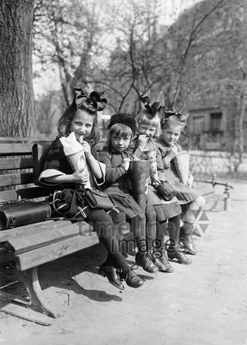 Schülerinnen am ersten Schultag, 1928 Timeline Classics/Timeline Images #20er #schwarzweiß #Fotografie #photography #historisch #historical #traditional #traditionell #retro #nostalgic #Nostalgie #Schule #School #Schüler #Lernen #Studieren #Bildungseinrichtung #Unterricht #Schulzeit #Ausbildung #Schultag #Erster #Eltern #Schulgebäude #Schultüte #Einschulung #Bank #Reihe #Mädchen #Schülerinnen #Kopfschmuck #Schleife