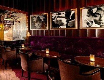 Μέσα στο διάσημο Claridge's hotel στο Λονδίνο θα βρείτε το The Fumoir, το πιο στιλάτο και πολυτελές cigar bar της βρετανικής πρωτεύουσας. Οι aficionados θα αισθανθούν άνετα και cool και θα απολαύσουν ένα καλό πούρο