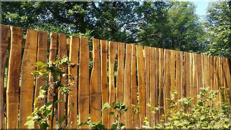 Szélezetlen akácfa deszkákból készített fakerítés