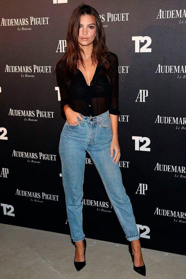 Emily Ratajkowski usa camisa preta, jeans e scarpin