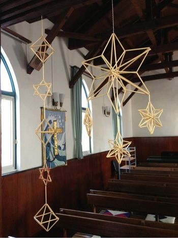 """「ヒンメリ」って知っていますか? 「光のモビール」とも言われる、 フィンランドの伝統的な装飾品なのですが、 スウェーデン語で""""天""""を意味し、 古くから太陽祭や、誕生祭の時などに用いられてきたそう。 現在では、クリスマスの装飾品などに使われ、 幸運のお守り、とされています。"""