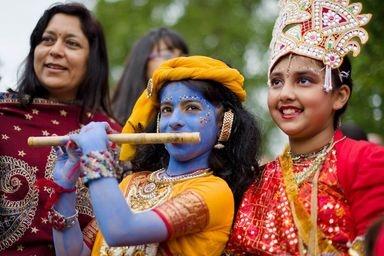 英ロンドンで6月9日、ヒンズー教の最高神ヴィシュヌの化身とされる英雄クリシュナをたたえるラタヤートラ祭が行われた。