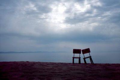 """απουσία  """"...Υπάρχουν πολλοί τρόποι να σου λείπει κάποιος...  ....Ίσως δεν υπάρχουν πολλοί τρόποι να σου λείπει κάποιος... Αφορμές βρίσκεις.""""  Νίκος Ζωιόπουλος- """"αέρας μεταλλικός"""""""