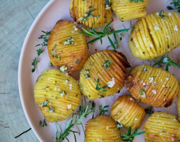 Hasselback kartofler med smør og en smule krydderurter, samt et lækkert strejf af hvidløg (recipe in Danish)