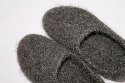 Maijan violetinsävyinen käsityönurkkaus: Paksut huovutetut töppöset isälle