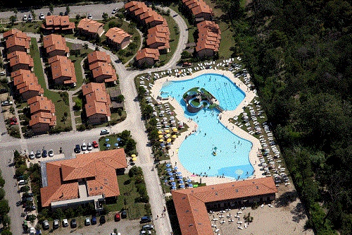 #Villaggioturistico: #piscina #parcoacquatico vista dall'alto ideale per #bambini con 2 #scivoli ,3 postazioni #idromassaggio e 1 #fungo tutto in 2000mq