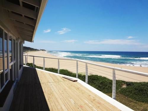 The Whale House Pennington Situated in Pennington, 40 km from Amanzimtoti, The Whale House features an outdoor pool and views of the sea. Scottburgh is 11 km away. Free WiFi is featured .  All units include a dining area and a seating area with a satellite flat-screen TV.