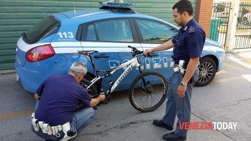 Veneto: La #scippa della #borsetta nel cestino della bicicletta e la fa cadere a terra (link: http://ift.tt/1WuyLfX )