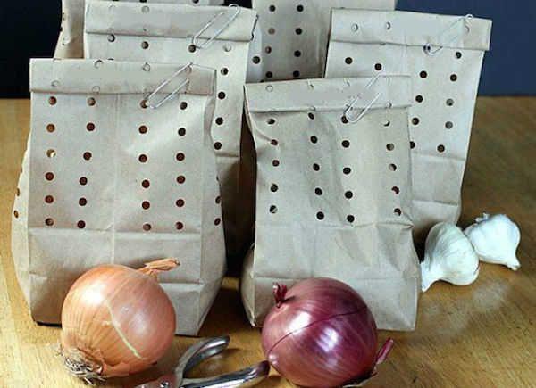 Que diriez-vous si je vous disais que vous pouvez réutiliser les cartes de visite, les vieilles enveloppes et les filets à légumes ? Voici notre sélection de 24 choses que vous pouvez réutiliser avant de les jeter définitivement à la poubelle.  Découvrez l'astuce ici : http://www.comment-economiser.fr/choses-a-utiliser-2-fois-avant-jeter.html?utm_content=buffer0087e&utm_medium=social&utm_source=pinterest.com&utm_campaign=buffer