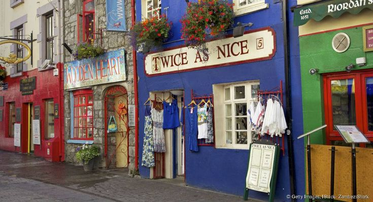 Sur la côte ouest de l'Irlande, la ville de Galway s'impose comme une étape incontournable du Connemara. Ses demeures médiévales colorées et son ambiance festive contrastent avec la beauté dépouillée des paysages de la région.
