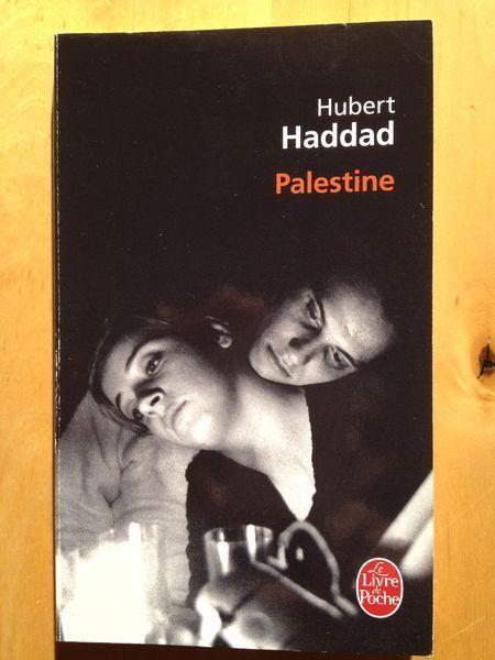 #littérature : Palestine - Hubert Haddad. Quelque part en Cisjordanie, entre la Ligne verte et la « ceinture de sécurité », une patrouille israélienne est assaillie par un commando palestinien. Un soldat tombe sous le feu, un autre est enlevé par le commando bientôt en pleine déroute... Blessé, sous le choc, l'otage perd tout repère, en oublie son nom. C'est, pour lui, la traversée du miroir. Seul survivant, sans papiers, en vêtements civils et keffieh, le jeune homme est recueilli, soigné…