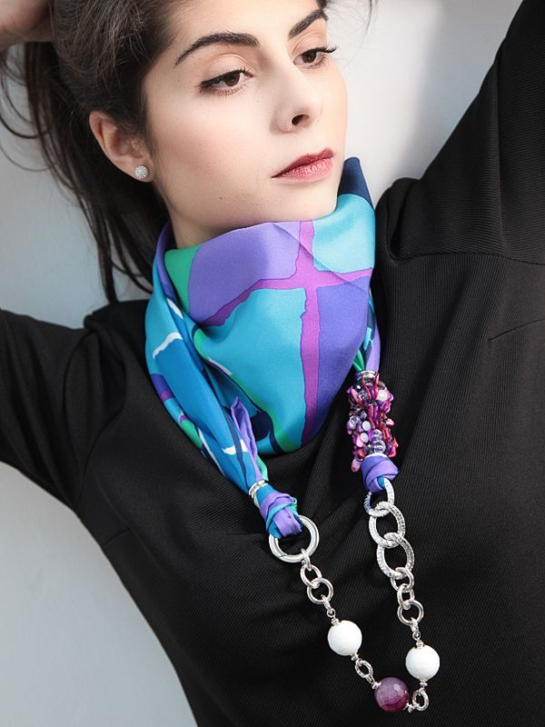 Foulard Ken Scott azzurro  Foulard 100% seta firmato KEN SCOTT con catena e moschettone in ottone placcato oro e pietre naturali.  #gioielli #foulard #collane #seta #madeinitaly #puglia