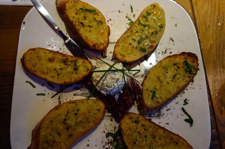 Skorthopsomo. Gegrild knoflookbrood geserveerd met Kefalotiri (griekse kaas)