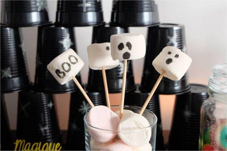 Des chamallows décorés au feutre alimentaire pour faire de délicieux petits fantômes !