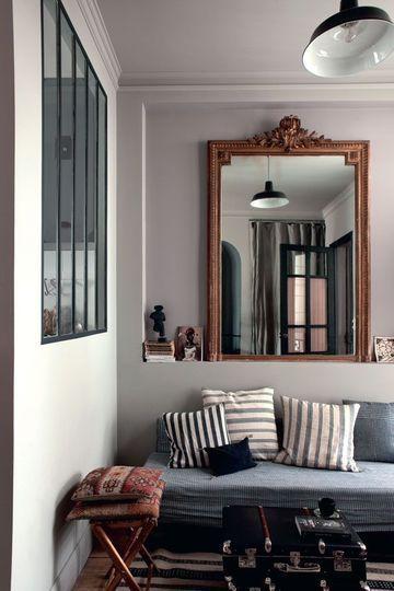 le coin salon avec dans la niche, un miroir de famille, une banquette-lit…