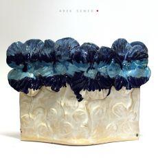 Naczynie ceramiczne. Niebieskie, białe i jasnoniebieskie.