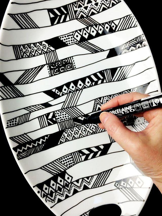 #DIY : On adore ce joli plat graphique à faire soi-même avec les feutres #Porcelaine150 de #Pébéo !