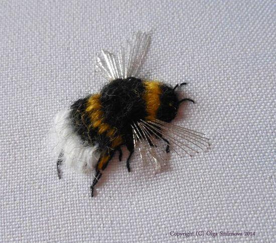 Beautiful embroidered bee! From Di van Niekerk's blog...