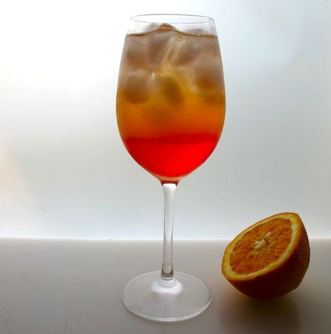 Aperol Spritz        1 näve is      1 litet snapsglas Aperol      prosecco      färskpressad apelsin        Fyll ett vinglas med isbitar.      Slå på Aperol.      Fyll på med prosecco, nästan ända upp till kanten.      Krama i lite pressad apelsin och servera.    Observera att i originalversionen av Aperol Spritz ingår en slurk mineralvatten också.