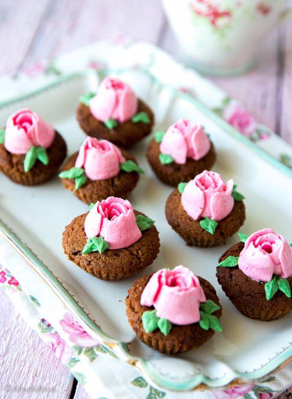 Kun juhlissa on monenlaista syötävää tarjolla, on mukava panostaa sormisyötäviin eli pieniin yksinkertaisiin suupaloihin, jotka on nautittu muutamalla haukkaisulla. Nämä suklaiset pikkuleivokset on toteutettu suklaakeksitaikinasta ja paistettu pienissä paperivuoissa.