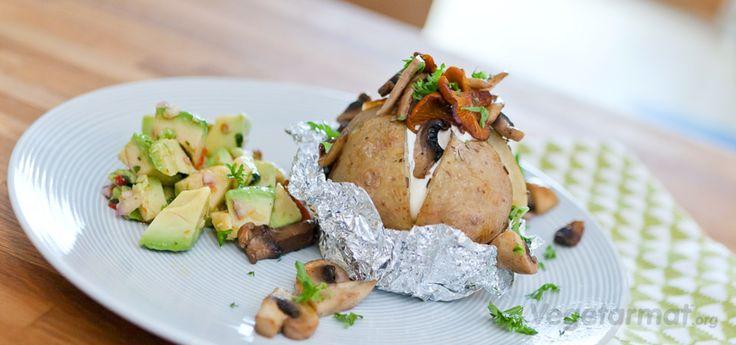 Bakt potet kan serveres med mange ulike typer fyll. Denne er med stekt sopp og crème fraîche, servert med avocadosalsa ved siden. Kan lages i ovnen eller på grillen. Prøv denne smakfulle vegetarretten eller en av våre mange andre vegan- og vegetaroppskrifter.