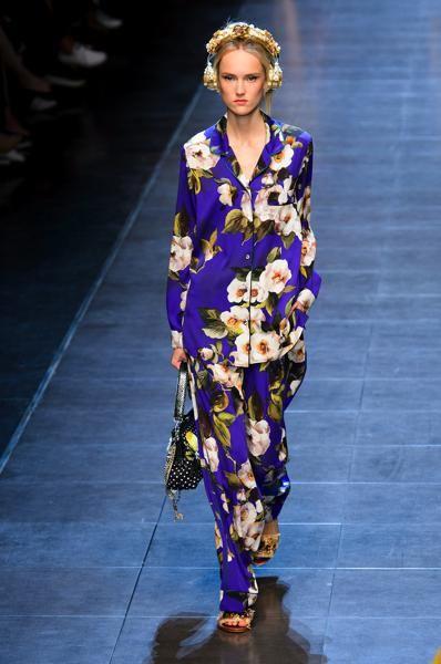 E'con la signora dell'eleganza e del glamour che il pigiama assume un aspetto raffinato e signorile,tanto da indossarlo con una lunga collana di perle e farsi fotografare!Erano gli ann…