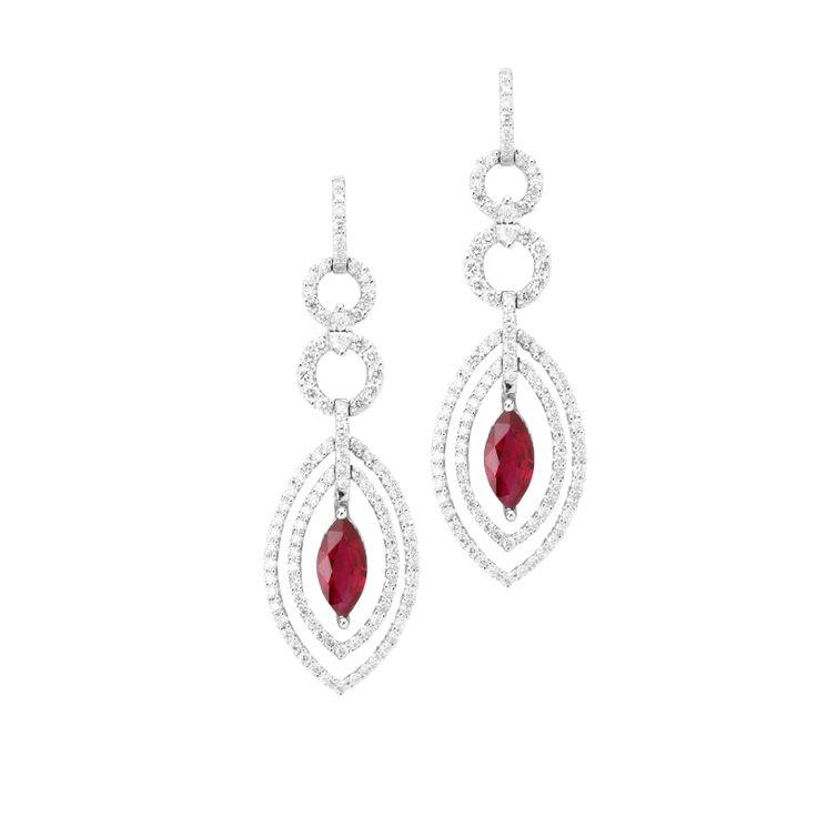 #oro #pendientes #joya #joyas #diamante #diamantes #rubi #rubies #borneojoyas #joyeria #lujo Pendientes de oro blanco con diamantes y Rubíes. El peso total de los rubíes es de 1,67 Quilates y el de los diamantes es de 1,28 Quilates
