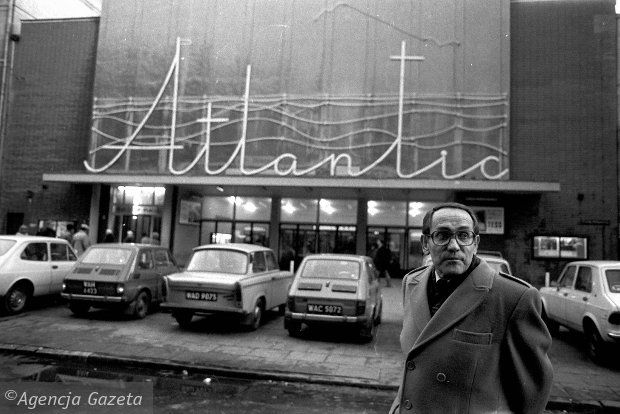 1982 rok. Tadeusz Konwicki przed kinem Atlantic