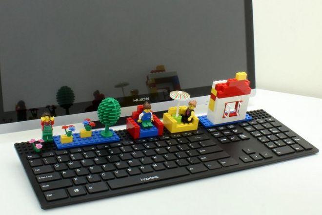 おもちゃのブロックをつけるキーボード
