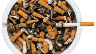 Aschenbecher von oben gesehen. Eine rauchende Zigarette liegt oben auf.   Bildquelle: wdr