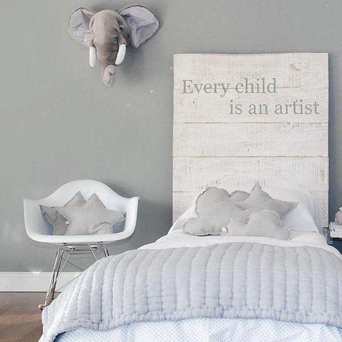 Ambiance douce en gris perle - coussins étoiles & nuages, trophée elephant #kidsroom #grey #pillow