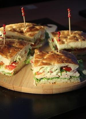 Bekijk de foto van Marga Nijhuis met als titel Voor als je geen lunch inspiratie hebt ;-)    Turksbrood met heksenkaas, sla, gerookte kipfilet, tomaat en gekookt ei.  en andere inspirerende plaatjes op Welke.nl.
