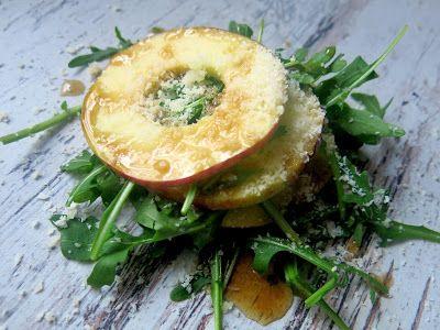 Kropla Oliwy: Sałatka z rukoli, jabłka i sera koziego