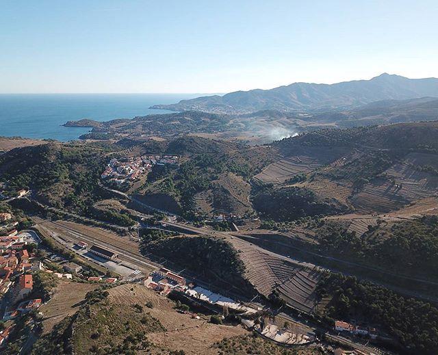 No vivo tan mal. Respiro aire puro estoy bien conectada la naturaleza me rodea y casi siempre hay sol.  Es época de las cortinas de humo se eleven por encima de mi cabeza los #vignaron empiezan a cortar sus #viñas para la próxima#temporada. #catalunyanord #catalunyaexperience #catalunyacomtestimo #cataluña #surdefrance #occitania #vilas #nature #drone #view #avistadepajaro #enelcielo #volando #fly #birdview #wine #smoke #mountain #montaña #valle #costa #solymontaña #soleado #sunny #sun…
