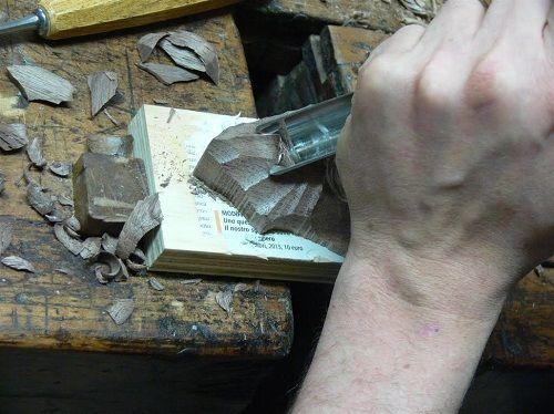 Corso di intaglio del legno e scultura è il nuovo corso di Arte del restauro. Il corso è tenuto dall'ebanista-restauratore Matteo Gandini.