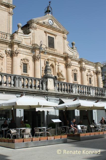 Ragusa-Oberstadt (Südost-Sizilien) > Flughafen Catania oder Comiso > Tipp: Kaffee-Bar hier an der Kathedrale. > Und dann nach Ibla runter laufen. Zurück mit dem Bus!
