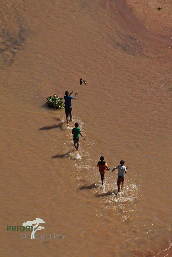Spielende Kinder im Flussbett des Flusses Sambirano im Norden Madagaskars.
