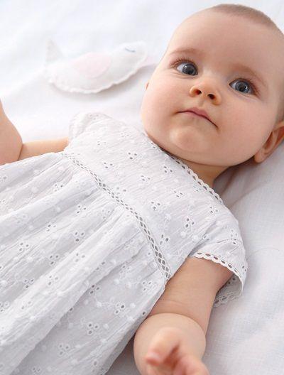 In diesem zauberhaften Set aus Kleid und Babyjacke stiehlt Ihr kleiner Sonnenschein den anderen Damen auf dem Fest die Show! Das festliche Babyset für Mädchen ist auch ein tolles Geschenk zur Geburt. Produktdetails:Festliches Set aus Kleid und Bolero: Bolero: 95 % Baumwolle, 5 % sonstige Fasern. Glanzeffekt. Mit 2 Knöpfen zu schließen. Kleid: Voile, reine Baumwolle. Gefüttert. Lochstickerei vorn und hinten. Hohlsaum unterhalb der Brust. Durchgehender Knopfverschluss hinten. Saum gebauscht.;