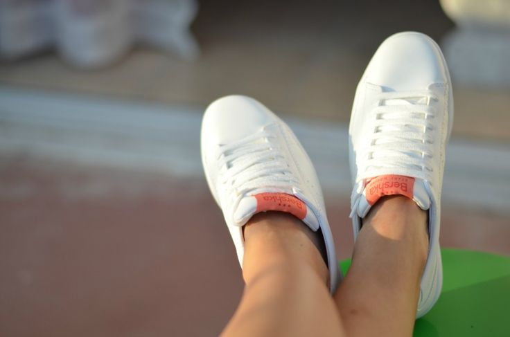 #white #sneakers #trainers #fashion #trends prettynyummy.com