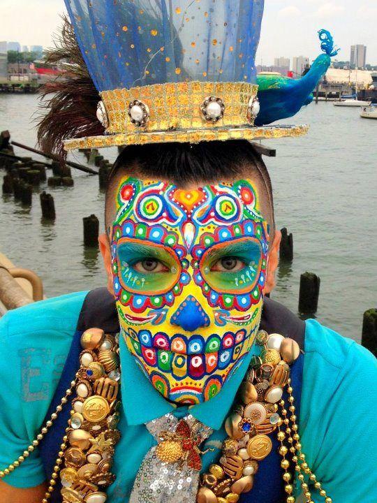 Maquillage d'Halloween Sugar Skull très coloré pour homme ! On adore !